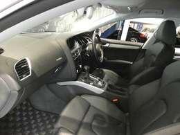 ブラックを基調とした車内はシンプル且つ、上質でエレガントな雰囲気を演出したインテリアです!