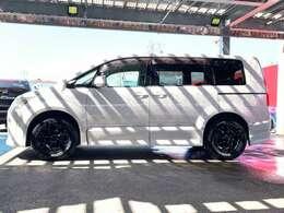 ミニバン+SUVを引き継ぎ、モダンなスタイリングで、1BOXタイプながらSUV顔負けの走破性能を誇るデリカです。直線基調スタイルにSUVのような大径タイヤを組み合わせた姿がユニークです。