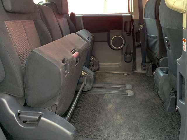 2列目シートは座席部分を上げる事ができるので、長い荷物を積み込むのに便利です♪