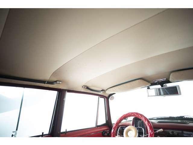 天井は経年劣化はあるものの、落ちや大きなシミ等は無くきれいな状態を保っています。
