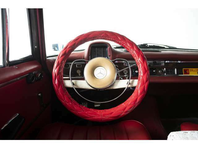 シートの色味に合わせた赤のハンドルカバーを装着しており、センスの良さを感じます。