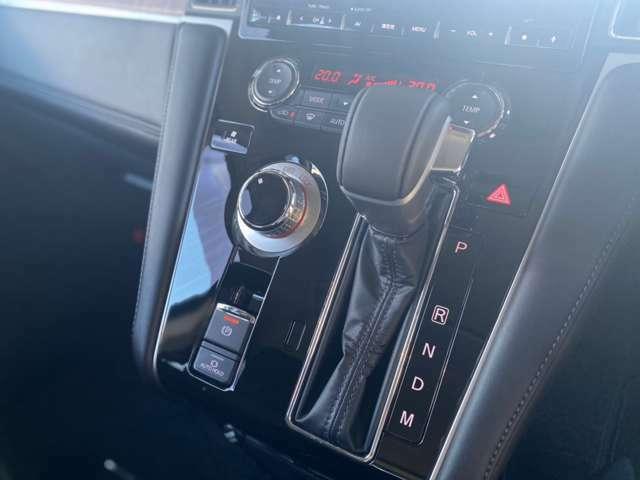 電動パーキングブレーキ・オートホールド機能搭載。  また、走行中でも2WD⇔4WDの切り替えができるダイヤル式セレクター