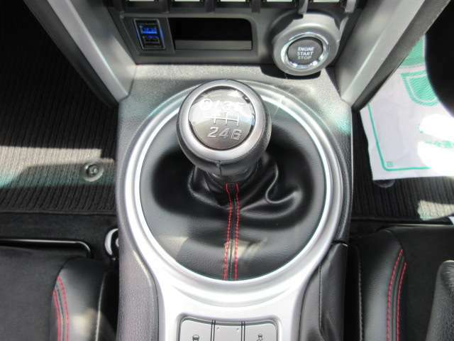 6速マニュアルミッション♪ スポーツカーといえば、マニュアルですね♪ シフトフィーリングもよく気持ちの良いギアチェンジを楽しめます♪