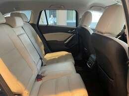 こちらは後部座席です。前部座席と同じように厚みをもたせたシートなので、長距離ドライブ時も疲れにくいですよ☆