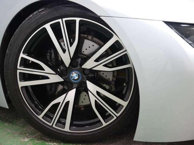 20インチBMWiライトアロイアルミホイールが足元から存在感を放ちます!i8ロゴ入りブラックブレーキキャリパー&ドリルドブレーキローターが高い制動力を誇ります!