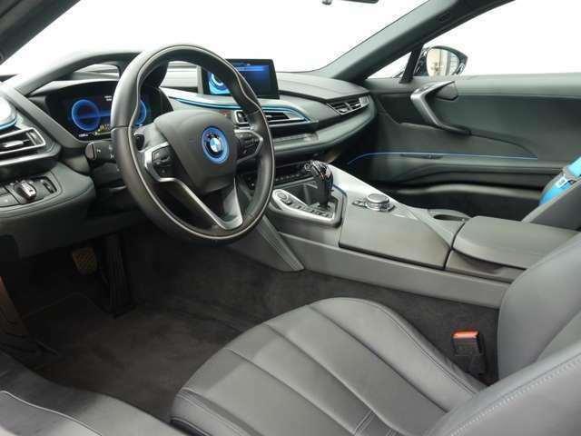 使用感の少ないシートにはブラックレザーシートが備わります。メモリー機能、シートヒーターやも備わる多機能設計です。