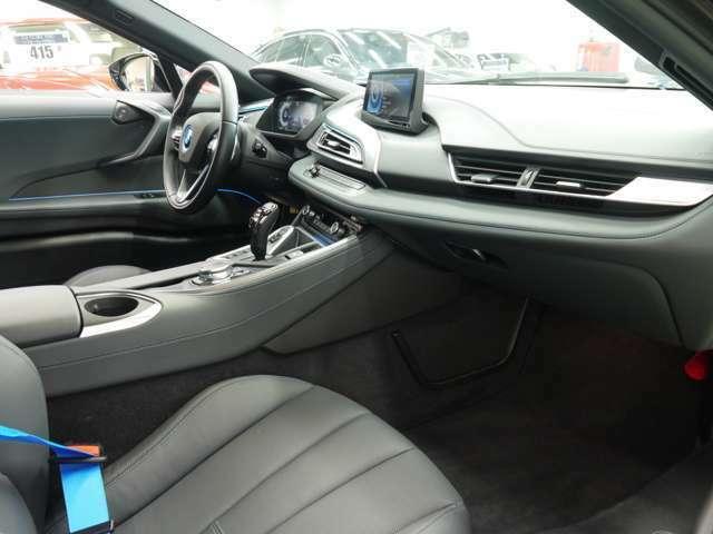 内装には専用デザインのCARPOインテリアデザインを採用!ブラックレザーシートやブルーカラーのシートベルトがスポーティーなインテリアを演出致します!