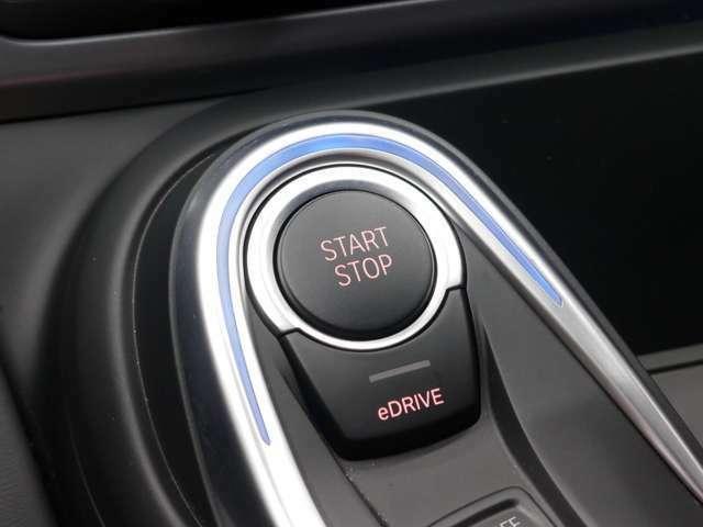 スタートボタンを押す事でエンジン始動&停止が可能なプッシュスタート!ドアロックの操作もドアハンドルに触れるだけで行えるコンフォートアクセスを搭載!低燃費走行へ切り替え可能なeDRIVEモードを搭載!