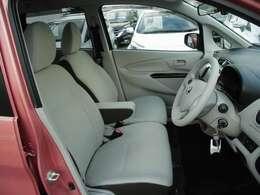 運転席と助手席の間にはアームレストが付いています