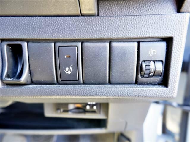 【シートヒーター】エアコンの温風で体を温めることとは異なり、車内の乾燥を防ぎつつ体もポカポカです♪