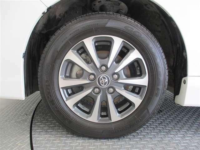 タイヤサイズは195/65R15です。純正のアルミホイール装備です♪