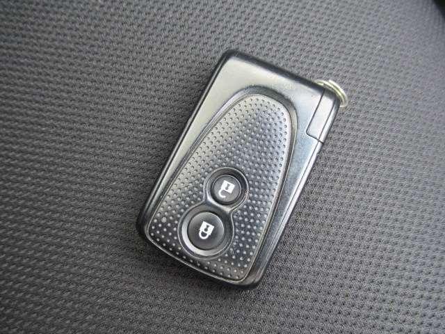 インテリキー】鍵はポケットやカバンに入れたままでドアにあるボタンを押して開け閉めができます!荷物の出し入れにも大変便利です!エンジンの始動もキーを挿さずに出来る優れもののインテリキーを搭載してます♪