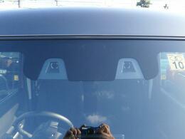 2つのカメラで人の目と同じように距離と形を捉えて歩行者や車を認識する。『デュアルカメラブレーキサポート』搭載!