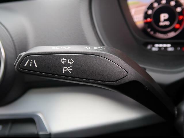 ●アクティブレーンアシスト『60km/h 以上での走行時にドライバーの不注意によってクルマがレーンをはみ出しそうになると、ステアリングホイールを振動させてドライバーに警告するとともに、クルマをレーンに