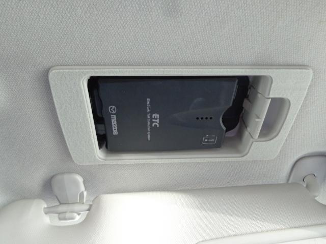 マツダ純正オプションのスマートインETC装備です。運転席のバイザーの内側にETCを収納しているのでいざというときにあわてず確認できます。料金所も小銭いらずでらくらくです。