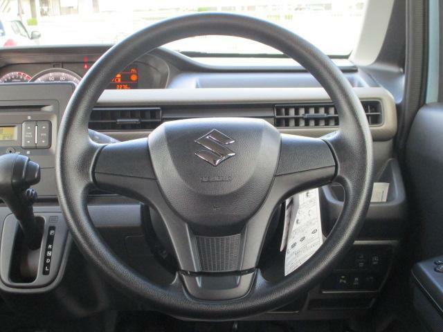 運転しやすいステアリング。横には携帯電話などの小物も収納できる【インパネドリンクホルダー】