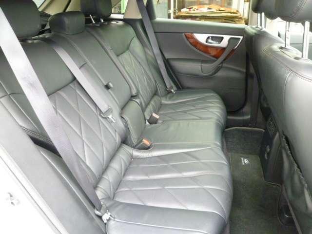 リヤシートもゆったり。こんな車に乗ってみたい・・・