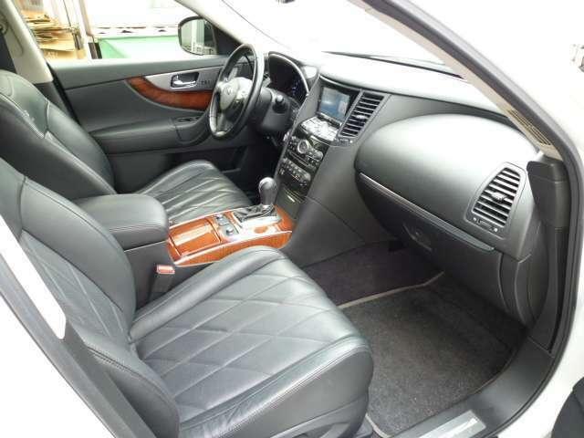 とにかく広い車内!!落ち着きのある内装で優雅なひと時を。