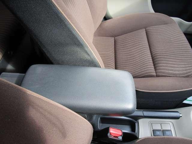 純正のアームレスト付きなので長距離の運転など楽な姿勢で運転出来ますよ!