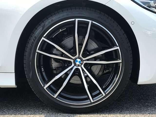 【BMWアロイホイル】軽量かつ強度に拘ったアロイホイル。走行性能ポテンシャルを引き出す設計。車の足元を引き締めてくれる大きなポイントはアロイホイルです。