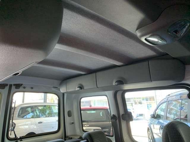 車内は小物入れが充実しており、様々な用途に対応します。
