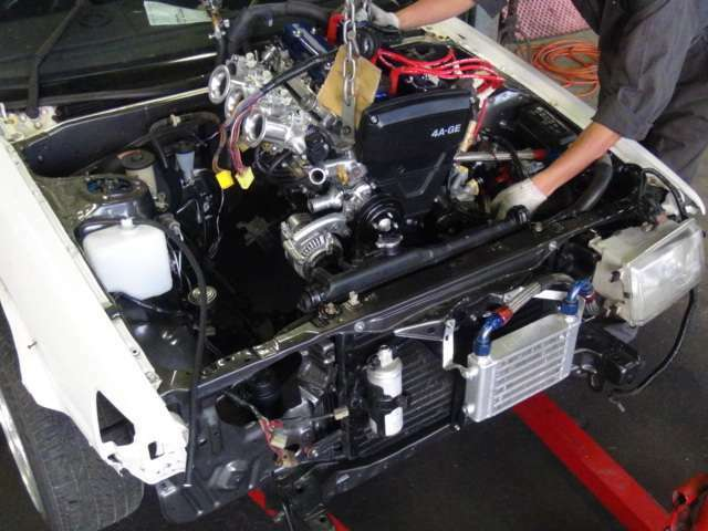 エンジンルームはガンメタ色に塗装しました(^^)クリアーもたっぷり吹き付けましたのでツヤツヤです☆☆オイルクーラー付いています!