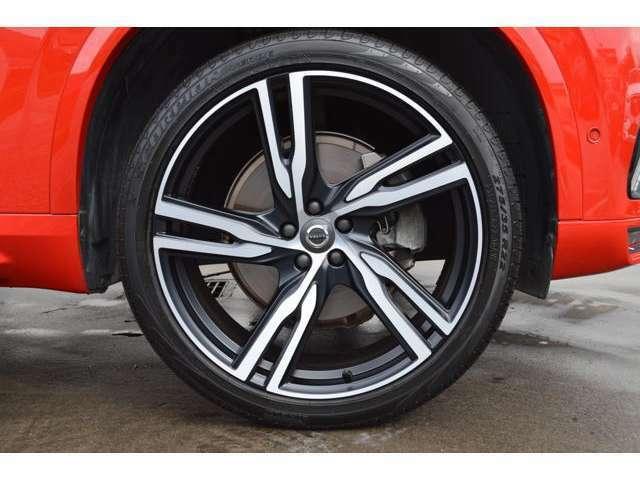 専用デザインの2トーンカラーの22インチアルミホイール。タイヤは4本全て新品に交換済みです!