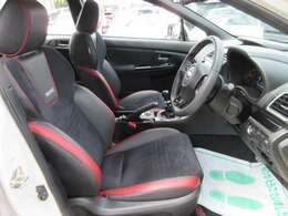 専用インテリア&専用レカロスポーツシート♪ ブラックXレッドの配色がとてもカッコよく人気があります♪