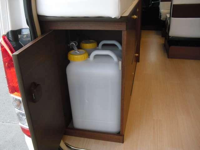 左リアベット下 給排水タンク19L×2個
