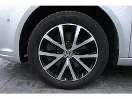 16インチのアルミホイールを標準装備しています。タイヤサイズは前後共に205/55R16です。