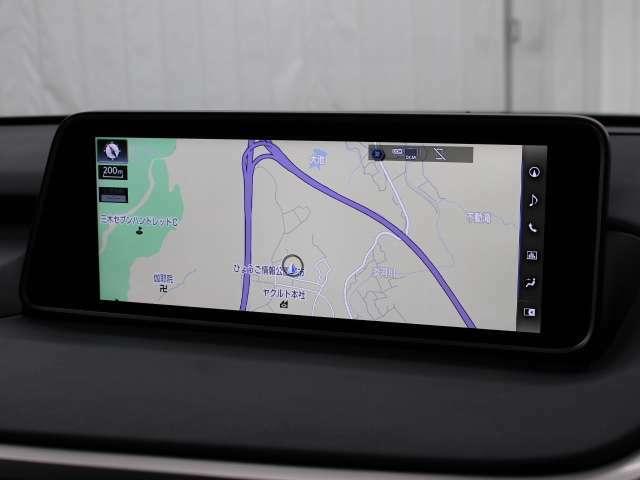 地図などをフルスクリーンで表示する12.3インチワイドディスプレイを搭載したナビゲーションシステム。ブルーレイディスクやUSB入力端子も装備し、多彩なメディアをお楽しみ頂けます。
