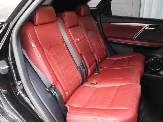 本革独自の味わいと滑らかな風合いが、贅沢な時間を室内にもたらします。後席シートヒーターも装備しており、快適なドライブをお楽しみ頂けます。