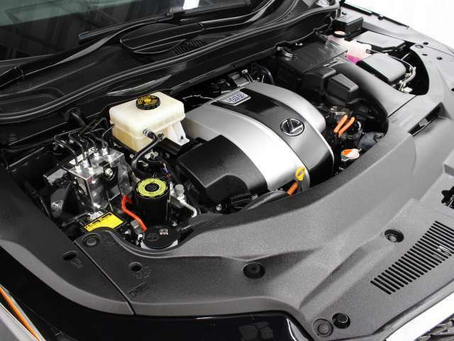 2GR-FXS型 3.5L V型6気筒エンジンとフロント:6JM型、リヤ:2FM型交流電動機のハイブリッドシステムを搭載、駆動方式はAWDです。