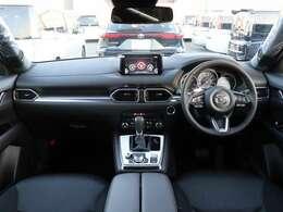 【 前席全体 】黒で統一された車内は所々にシルバーの加飾が施され高級感溢れる内装となっております!