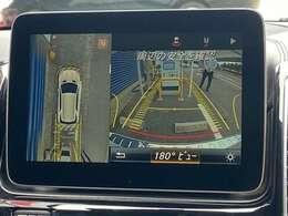 360度方位カメラ。後退時に車両の後ろ側をモニター画面に表示します。車庫入れなどでバックする際に後方確認ができてとても便利です。車庫入れが苦手な人もこれで安心。