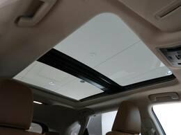 人気装備!!【サンルーフ】開放的なムーンルーフからは、爽やかな風や温かい陽の光が車内に差し込みます。