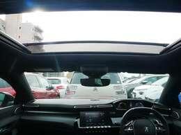 サンルーフが付いており、車内に開放感が生まれます。