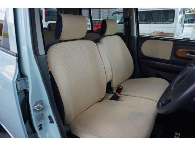 フロントシートは、アームレスト付のベンチタイプです。