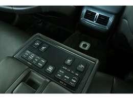 メーカーオプションのリアオートエアコンも装着されています。これが意外と装着率が少ない珍しい装備なんですよ。前席メインの車なので意外でも何でもないかもしれないかもしれませんね。欲しい人は欲しい装備!