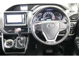 本革ステアリングです。ステアリングスイッチは走行中に視線を逸らさず操作できますので、安全運転に役に立ちますよ。
