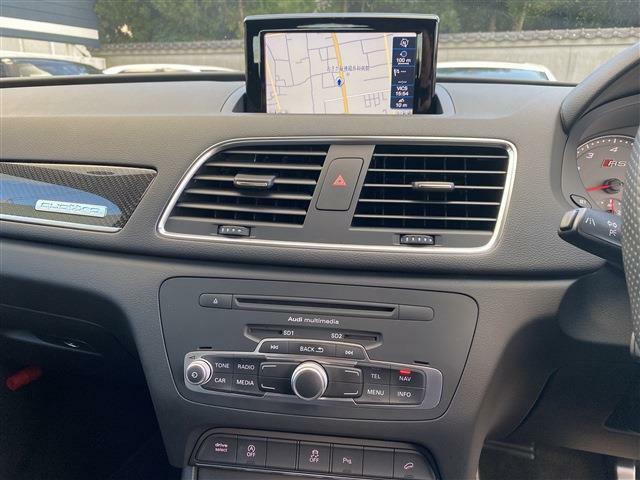 純正MMIナビゲーションシステムが装備されフルセグ地デジチューナー/CD/DVD再生/FM/AMラジオ/ジュークボックス/Bluetooth接続(オーディオ&ハンズフリー機能)などが使用可能。