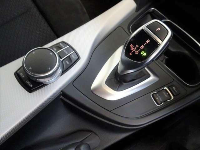 スポーツオートマチックトランスミッションと I ドライブコントローラー、モニターの操作はこのコントローラーで行いナビやラジオ、車両状況の把握や点検時期の把握までいろいろなことができます。