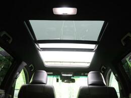●希少なマルチパネルムーンルーフ装備です!大きな開口部分で、全開にすると気持ちのいい風も入ります!ドライブも楽しくなりますね♪
