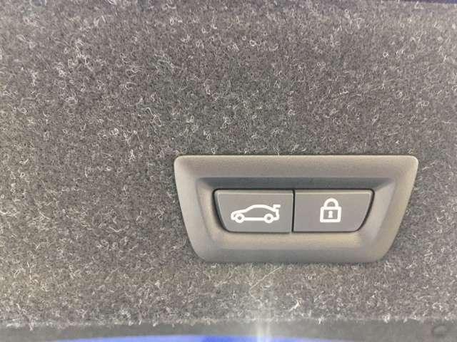 電動リアゲートを装備しております。ボタンプッシュで開閉は勿論のこと、キーを持っている状態でリアバンパー下部に足を入れるとセンサーが作動します。つまり両手が塞がっていても安心です。