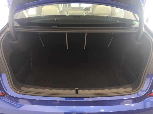 全面をファブリック処理し荷物に傷がつくのを防ぎます。ラゲージルーム照明を装着。背もたれをほぼ水平まで倒すことが出来ます。ラゲージルームを多彩にレイアウトでき大きな荷物の収納にも便利です。