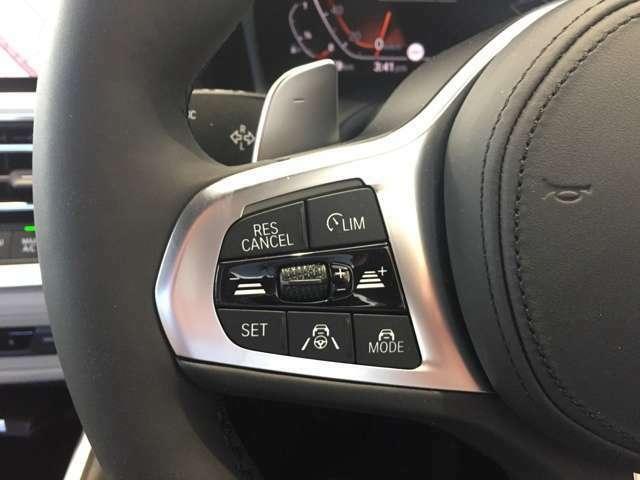 アクティブクルーズコントロール(ステアリングサポート付)装備しております。従来の車間距離を保ちながら追従する機能に加えて車線を認識しステアリングまで操作してくれます。