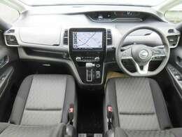 ディーラーオプションのメモリーナビ・ETC2.0・プロパイロット・ドライブレコーダー・スマートルームミラー・オートエアコン・インテリジェントキー等を装備する運転席まわり。