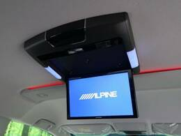 天井には、【アルパイン製フリップダウンモニター】も装備されております♪お子様など、ロングドライブでも退屈せず楽しくお過ごしいただけます。