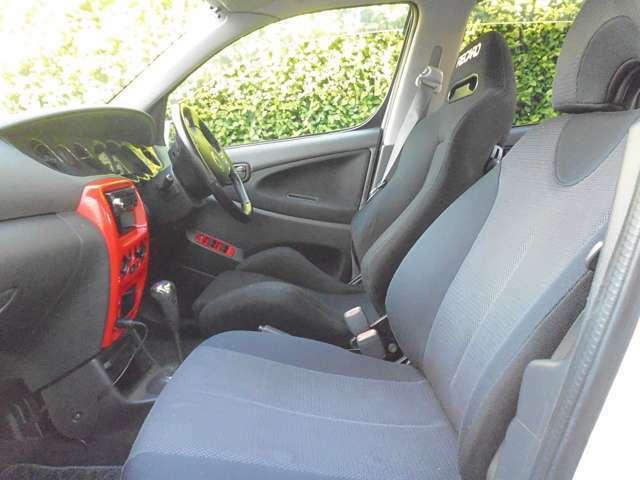 運転席のシートはレカロシートに変更されて、スポーティーな雰囲気を盛り上げてくれます。