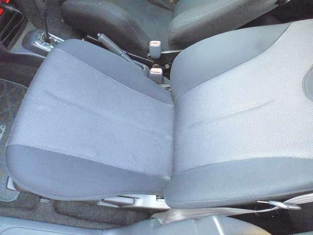 助手席は純正シートのままです。